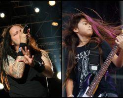 Mira a Tye, el hijo de Robert Trujillo, debutar en el bajo con Korn en vivo