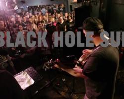 "VIDEO: 225 personas se reunieron a tributar a Chris Cornell cantando ""Black Hole Sun"""