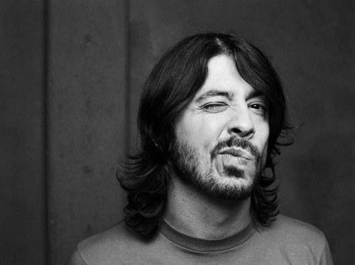 Dave Grohl deja mensaje en Facebook y anuncia nuevo disco para el 2012