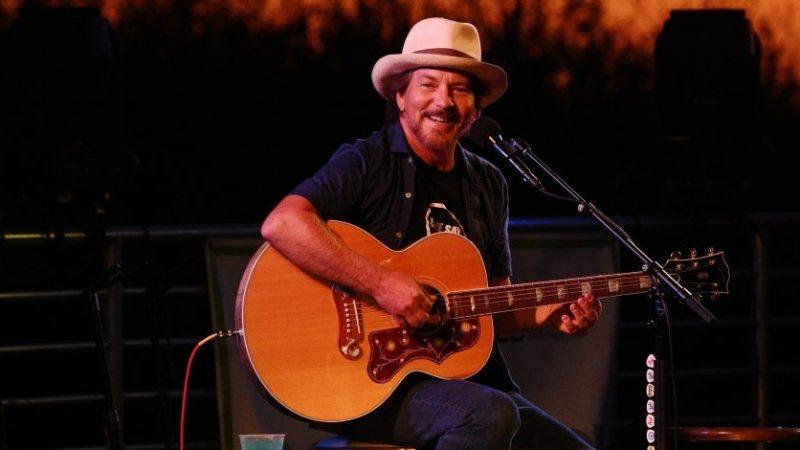 """Eddie Vedder presentará dos nuevas canciones en evento virtual """"Venture Into Cures"""""""