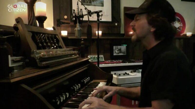 """VIDEO: Mira la actuación de Eddie Vedder en el evento """"One World, Together at Home"""""""