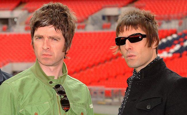"""Liam Gallagher afirma que Noel """"le ha rogado"""" por reunir a Oasis y lo harán en 2022"""