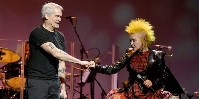 """Épico: Mira a Henry Rollins y Cindy Lauper interpretar juntos en vivo """"Rise Above"""" de Black Flag"""
