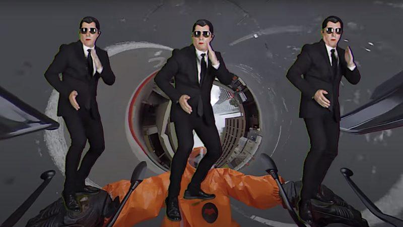 """Maynard James Keenan baila y se convierte en un """"Men in Black"""" en el nuevo video y canción de Puscifer"""