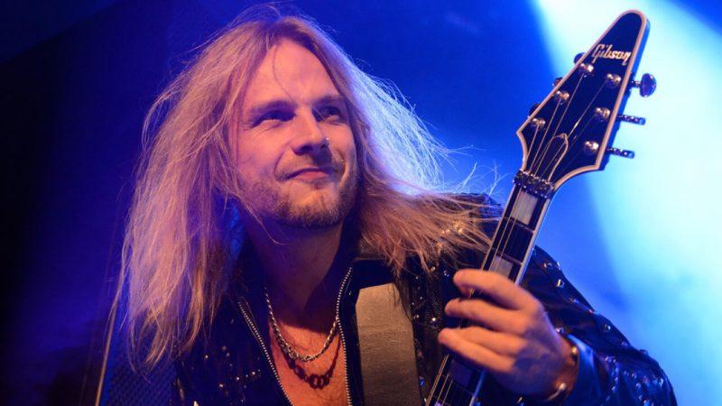 """El guitarrista de Judas Priest Richie Faulkner es hospitalizado por """"graves problemas cardíacos"""""""