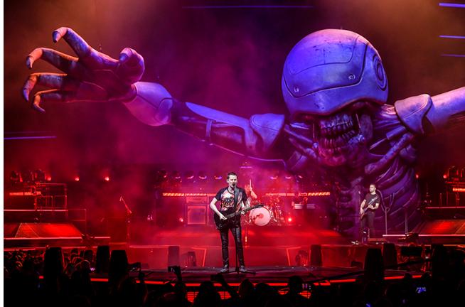 Robots gigantes, cultura ochentera y futurismo extremo: así será el show que Muse trae a Chile