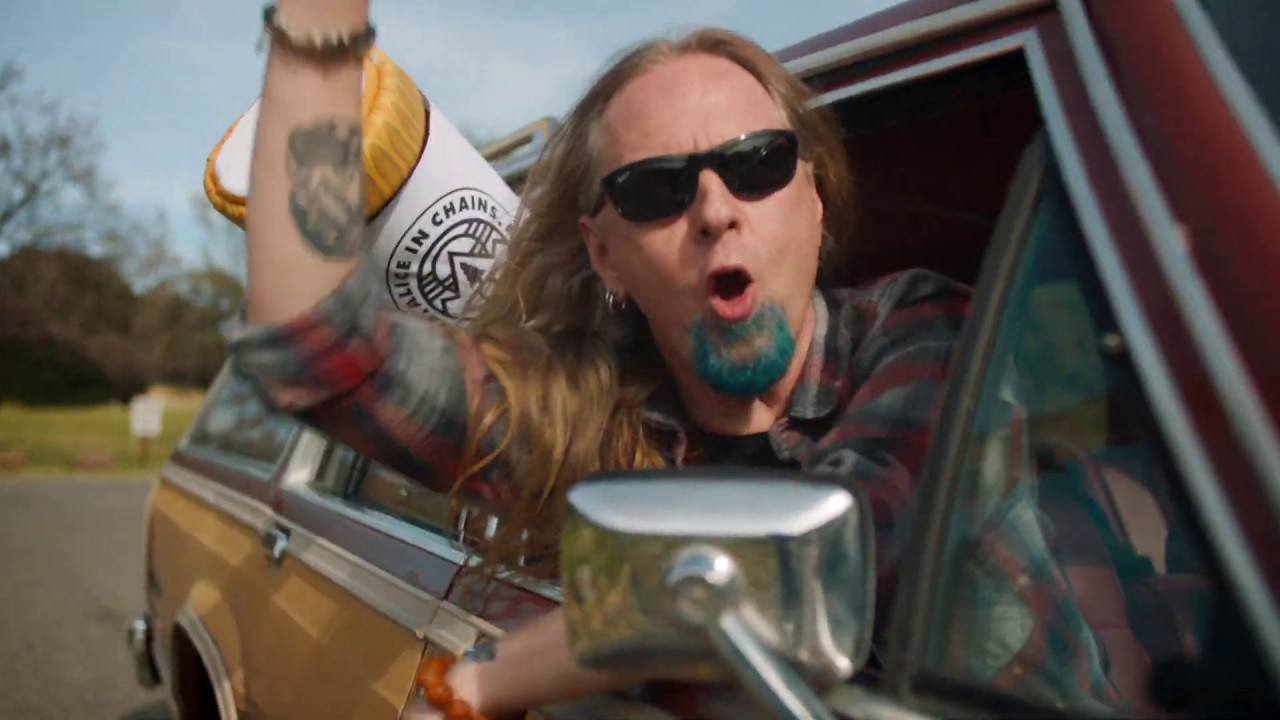 "Alice in Chains ""salva"" a una botella de cerveza en su reciente video ""Rainier Fog"""
