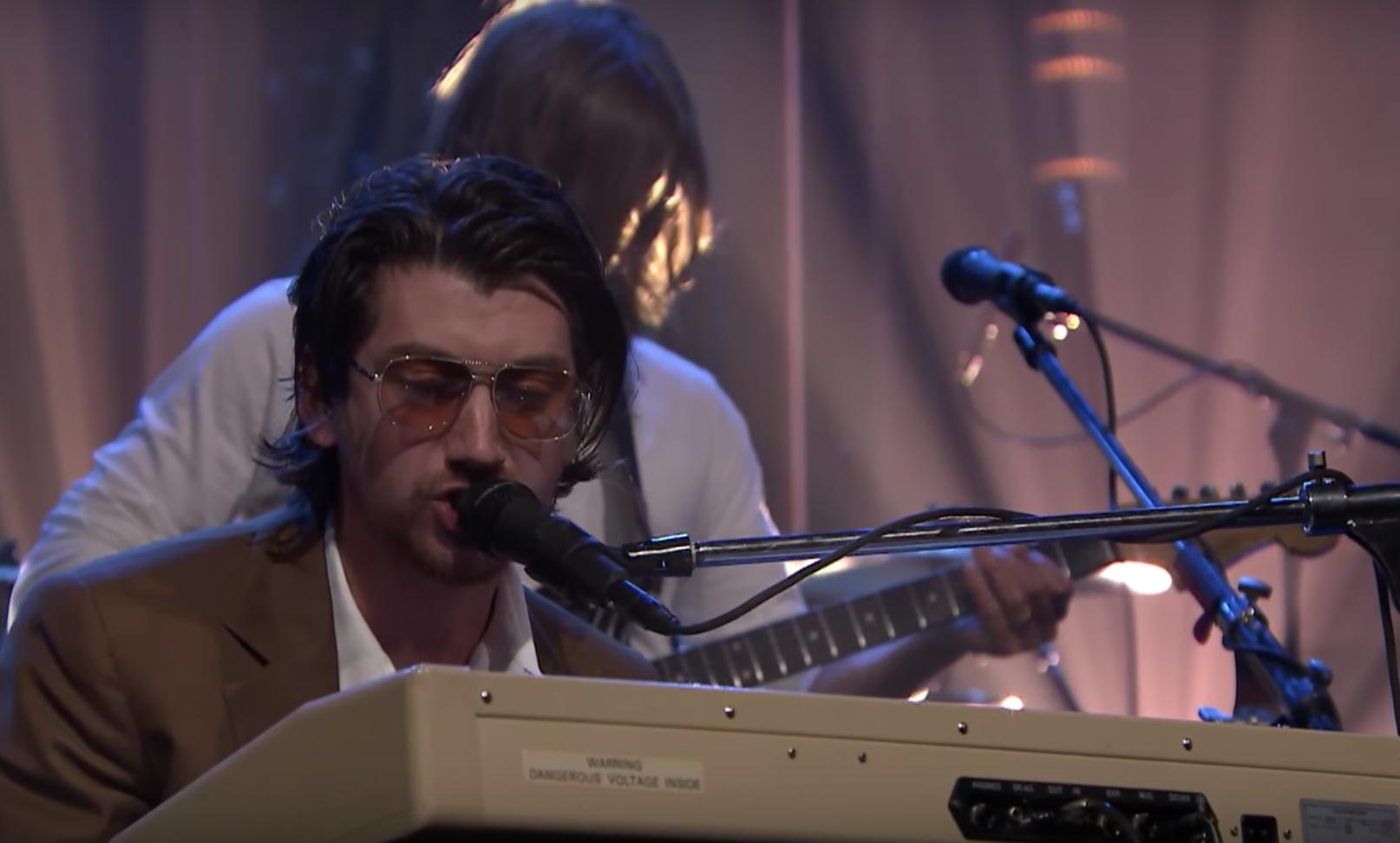 """VIDEO: Arctic Monkeys presenta su nuevo tema """"Four Out of Five"""" en el show de Jimmy Fallon"""