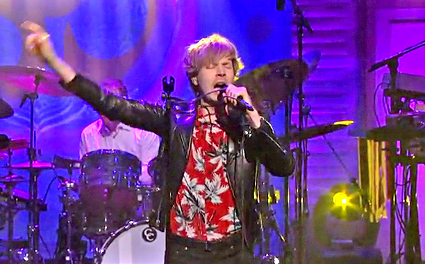 VIDEO: Beck tributa a George Harrison en el show de Conan O'Brien