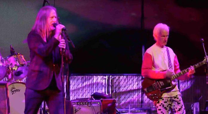 Mira a miembros de Alice in Chains y Nirvana tributar a The Doors en vivo