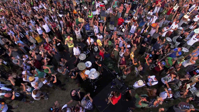 """1200 músicos interpretaron """"Smells Like Teen Spirit"""" de Nirvana junto con otros grandes clásicos del rock"""