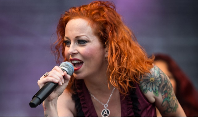 """The Darkest Skies Are the Brightest"": Anneke Van Giersbergen anuncia su nuevo álbum en solitario"