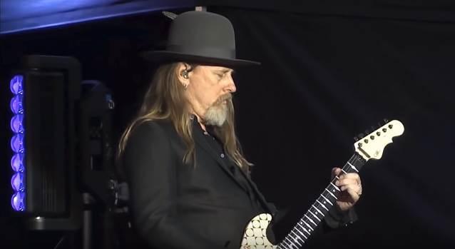 """VIDEO: Alice in Chains le dedica """"Nutshell"""" a Vinnie Paul en su reciente show en Hellfest"""