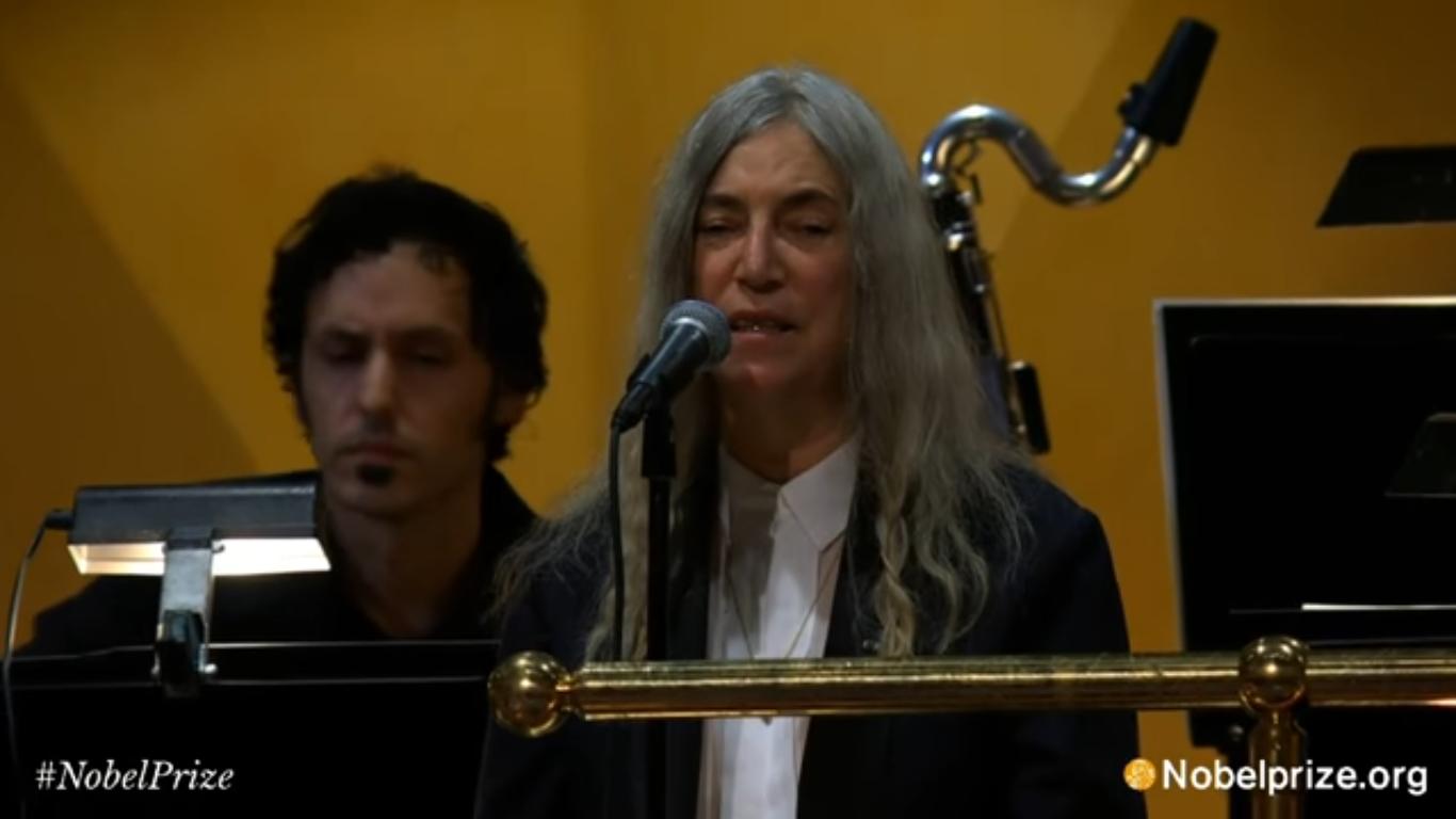 """VIDEO: Patti Smith versionó """"A Hard Rain's A-Gonna Fall"""" de Bob Dylan en la ceremonia de los Premios Nobel"""