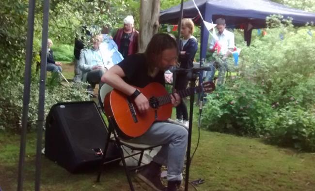 El día que Thom Yorke sorprendió con set acústico en un jardín en Oxford tocando para pocas personas