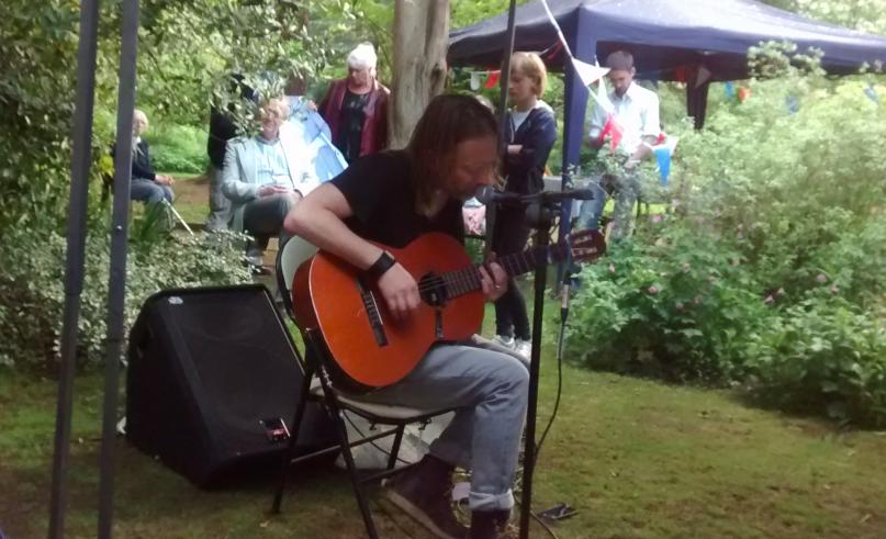 Thom Yorke sorprendió con set acústico en un jardín en Oxford tocando para pocas personas