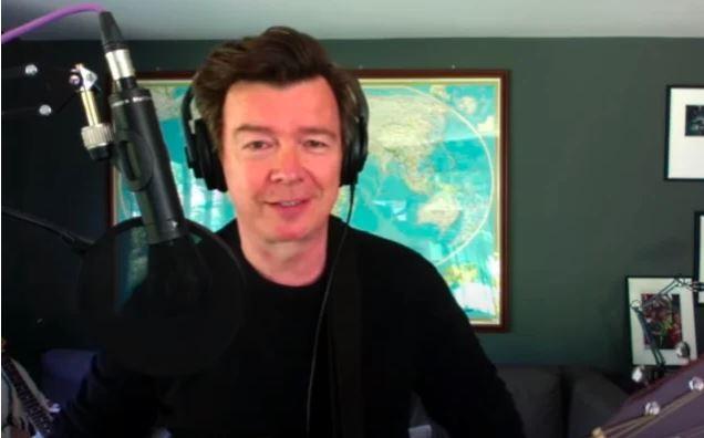 """VIDEO: Rick Astley hace versión de la gran """"Everlong"""" de Foo Fighters en modo cuarentena"""