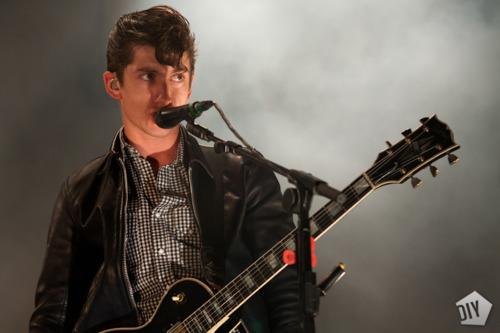 Los Arctic Monkeys presentan 'Do I Wanna Know?' en el show de Letterman